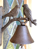 A rustic alternative to a modern doorbell, this stylish cast iron bell features a rope pull and an ornamental, decorative bird bracket. Easy to affix,